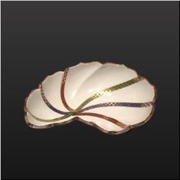 品 番:1541070002 商品名:変型輪花縁三ッ足向付 縁錆金彩3色市松 サイズ:182×140×H53